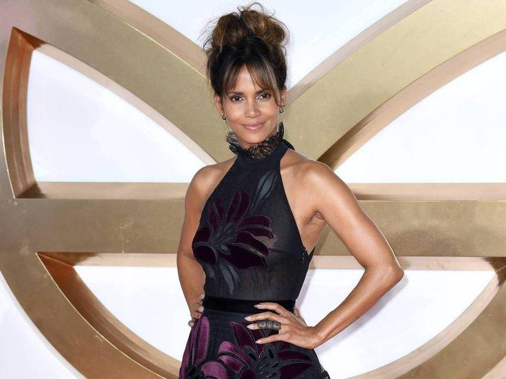 """Heiss, heisser, Halle Berry: In diesem durchsichtigen Kleid stahl die Schauspielerin bei der """"Kingsman""""-Premiere in London allen die Show. Oscargewinnerin Halle Berry (51, """"X-Men"""") ist nicht nur eine talentierte Schauspielerin, sondern auch eine echte Augenweide. Wie..."""