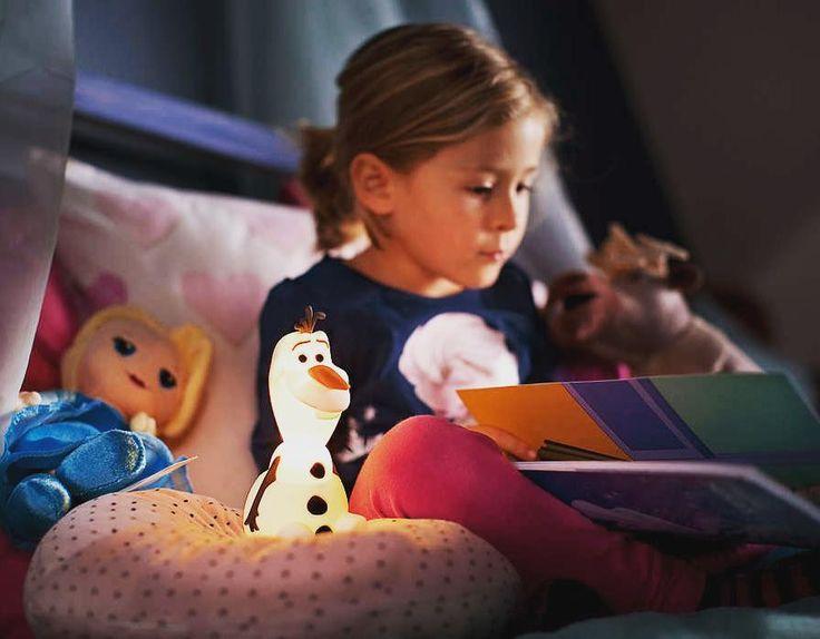 Snart er det legge tid for alle små! I dag får du 25% rabatt på Olaf fra Philips. Olaf er en artig lysende venn som skånsomt lyser opp barnets soverom. #lightupno #belysning #frozen #Olaf #disney