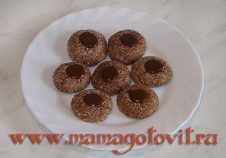 Шоколадное печенье от Марты Стюарт  для печенья- Мука — 300 гр. Какао-порошок — 200 гр.* Соль — 1 ч.л. Масло сливочное — 200 гр (1 пачка). Сахар — 250 гр (+ сахар для обсыпки). Яичные желтки — 2-3 шт. Сливки — 2-3 ст.л. Ванилин — по вкусу. для ганаша- Мед — 2 ст.л. Шоколад (горький) — 100 гр (1 плитка). Ванилин — по вкусу. Сливки — 3 ст.л. Сливочное масло — 2 ст.л. (около 50 гр).