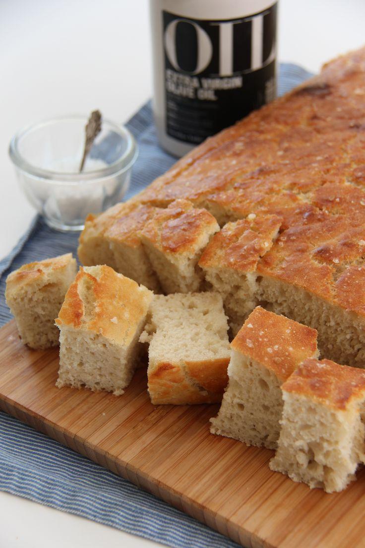 Focaccia er et italiensk brød som ofte serveres ved siden av supper og salater. Brødet har en sprø skorpe avolivenolje og havsalt. Denne gangen laget jeg en helt klassisk variant kun med havsalt, men for en mer spennende kan du ha på skiver av oliven, løk, tomat og drysse med krydder på toppen – se …