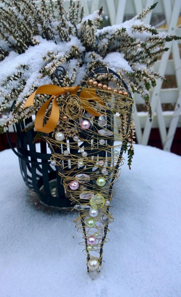 Metal wire heart - Joulun lähestyessä iski taas tuo rautalanganvääntöinto. Viime cuoden sydämiä on vielä jäljellä joten tehdäänpä sitten tähtiä vaihteeksi. Va...