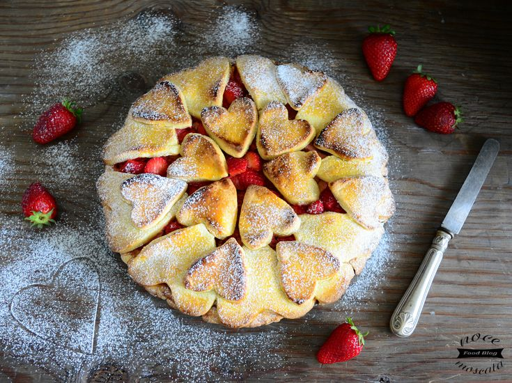 La crostata di cuori fragole e ricotta, è un dolce delicato con un ripieno di cremosa ricotta, fragole fresche e romantici cuori friabili di pasta frolla!