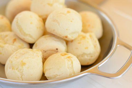 Découvrez la recette brésilienne du pão de queijo. Ces petits pains au fromage sont parfaits pour un apéritif entre amis.