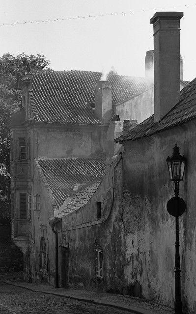 Z Kapucínské ulice (4554) • Praha, červen 1966 • | černobílá fotografie, zákoutí, kouřící komín, dlažba |•|black and white photograph, Prague|