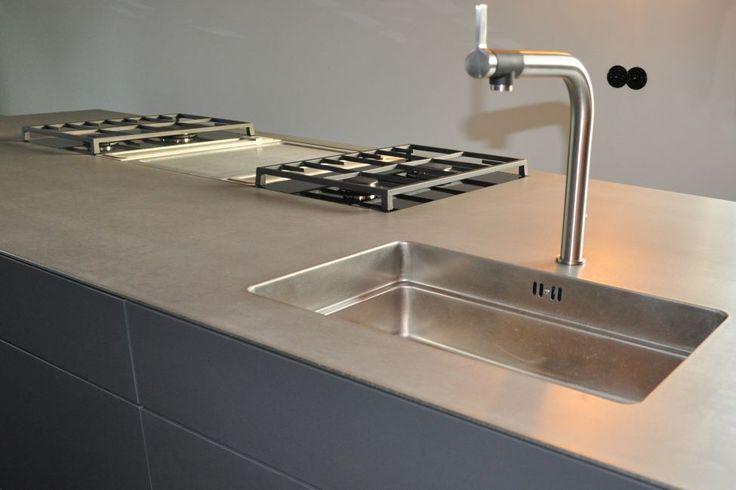 Grau / Anthrazitfarbene Küche nach Maß mit einer Edelstahlarbeitsplatte