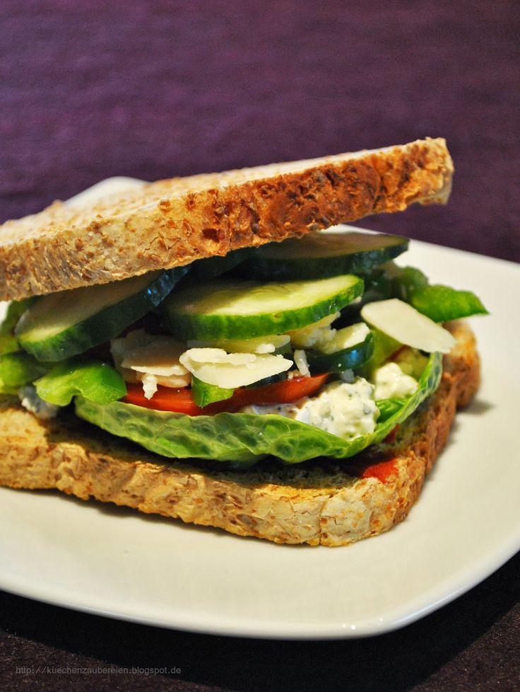 Küchenzaubereien: Schnelles Sandwich mit Hüttenkäse, Salat & Parmesansplittern