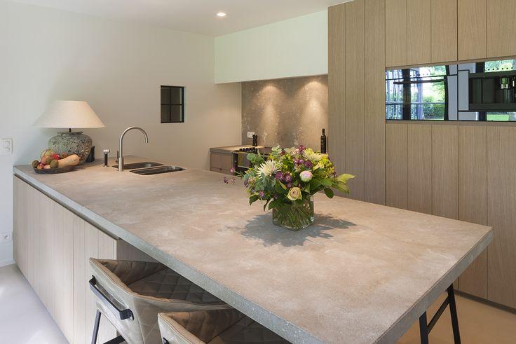 Fotografie inrichting keuken en slaapzone in gerenoveerde woning. © foto's Liesbet Goetschalckx