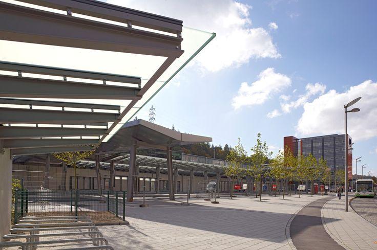 #Architectour Minett I 22: Esch-sur-Alzette – Gare routière La gare routière propose aux voyageurs de larges auvents métalliques vitrés ainsi que deux grands portiques couverts en aluminium.  Architectes: BENG ARCHITECTES ASSOCIES SA    Suivez quatorze itinéraires à travers le Grand-Duché et découvrez 294 projets d'architecture exemplaires sous http://architectour.lu/
