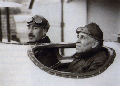 Gago Coutinho e Sacadura Cabral (Lisboa, Portugal, 1869 – 1959) Fotógrafo desconhecido. Gago Coutinho foi geógrafo, navegador, historiador e oficial da Marinha Portuguesa. Sacadura Cabral (Celorico da Beira, Portugal, 1881 – Mar do Norte, Oceano Atlântico, 1924) foi aviador e oficial da Marinha Portuguesa.