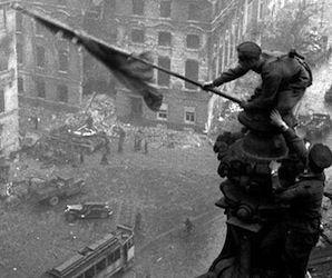 Abduljakim Izmáilo, uno de los soldados que izaron la bandera roja con la hoz y el martillo sobre el edificio del Reichstag en Berlín en mayo de 1945, murió a los 93 años en la república norcaucásica rusa de Daguestán. Ismáilov aparece junto con otros soldados en una instantánea captada en el tejado del Reichstag,…
