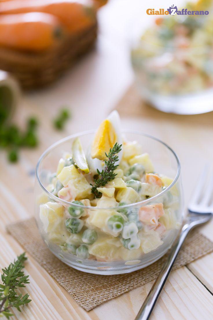 Preparate in svariati modi, l'insalata russa (Olivier salad) è formata principalmente da verdure e maionese e generalmente preparata sotto le feste, come a #Natale. #ricetta #GialloZafferano #Christmas http://speciali.giallozafferano.it/natale
