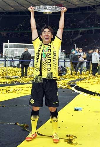 Shinji Kagawa lifting up the Meisterschale!!!!