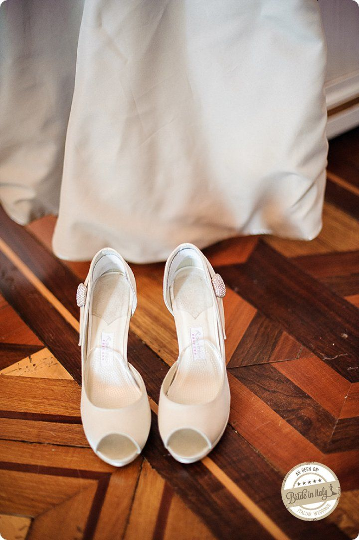 Simple, elegant, precious Tesi bridal shoes by Rainbow Couture. Ph Emanuele Capoferri http://www.brideinitaly.com/2013/12/capoferri-villa-borghi.html #elegant #italianstyle #wedding