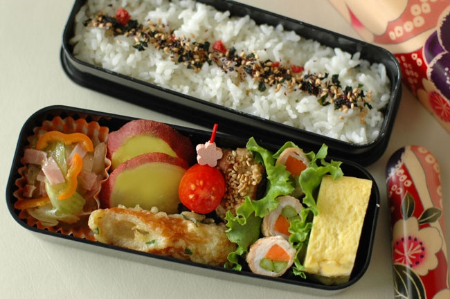 Nishijin bento, looks so good!  Get a Nishijin bento box on Bento: http://en.bentoandco.com/products/nishijin-bento