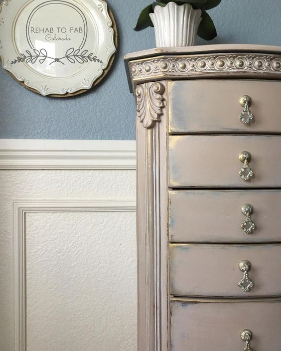 Add a touch of gold to any painted furniture piece with the Modern Masters Metallic Paint Collection! This beautiful project is by Rehab to Fab.