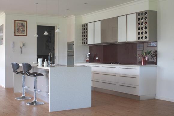 Splashback and cupboard contrast