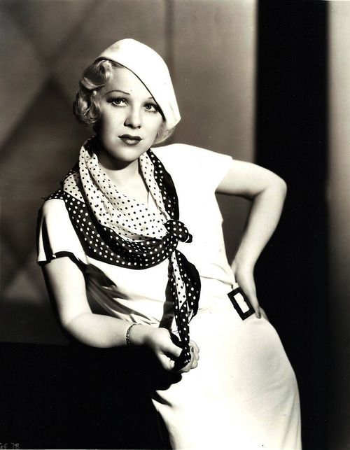 Glenda Farrell, an American actress. I like the ưay she knot the scraf and her tilt hat.