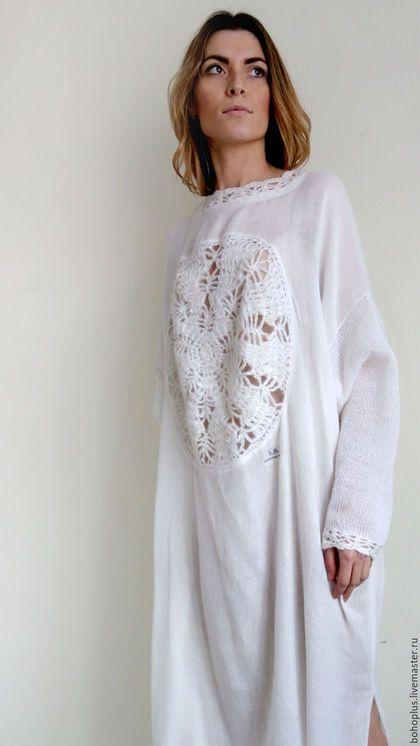 Платье в стиле бохо 'Снежная Белла' в интернет-магазине на Ярмарке Мастеров. В белоснежном белом мире, Красоты белоснежной белей. В белом платье С красивой снежинкой, Белый свет стал светлей и милей. Белоснежное, оверсайз, легкое, воздушное объемное дизайнерское платье в смешанной технике . Основа разряженная шерсть с шелком полотняного переплетения , рукав связан на спицах из мохера с шелком нежного и приятного к телу. Обвязы крючком.