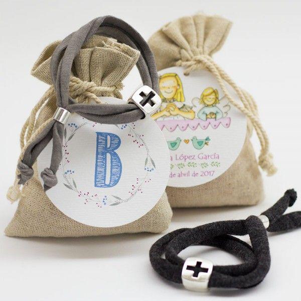 Recuerdo de Comunión pulsera con cruz para regalar a tus invitados envuelta en bolsita de tela con etiqueta personalizada