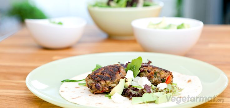 Server disse bønnekakene i pitabrød eller tortillalefse med salat, fetaost og avocado - eller med saus og poteter. De er smaksrike og fulle av proteiner, fiber og vitaminer. Prøv denne smakfulle vegetarretten eller en av våre mange andre vegan- og vegetaroppskrifter.