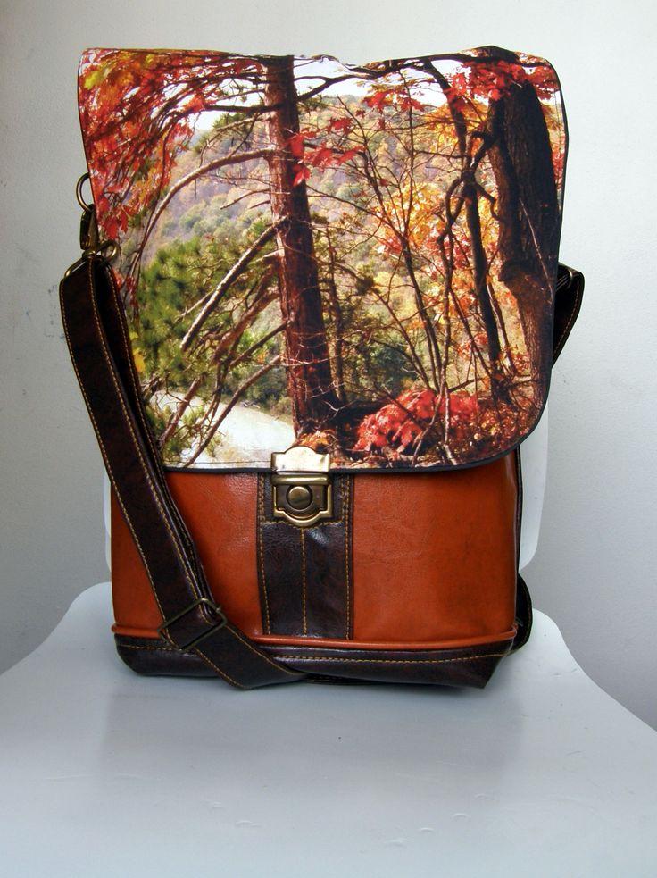 Backbag+Fallscape+taška+2v1+Prodám+tašku+ušitou+z+kvalitní+lesklé+koženky+a+americké+designové+bavlny+s+překrásným+motivem.+Taška+se+dá+nosit+přes+rameno+jako+crossbody+a+nebo+na+zádech+jako+batoh.+Barva+koženky+je+tmavěhnědá,+pouze+dvě+přední+kapsy+a+paspulka+jsou+z+koženky+rezaté+barvy.+Uvnitř+je+černá+voděodolná+nylonová+podšívka,+klopa+je+podšita+kvalitní+...