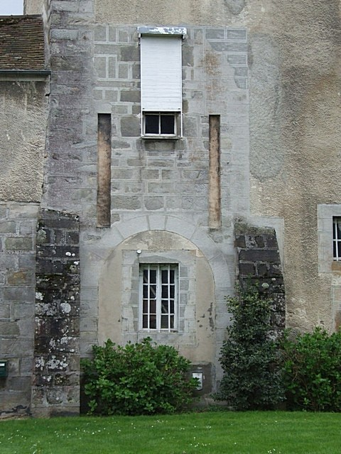 Mais que vois je dans le bourg de Guignes ?.... Fentes de flèches de pont levis et rideau métallique. Quel contraste de siècle !