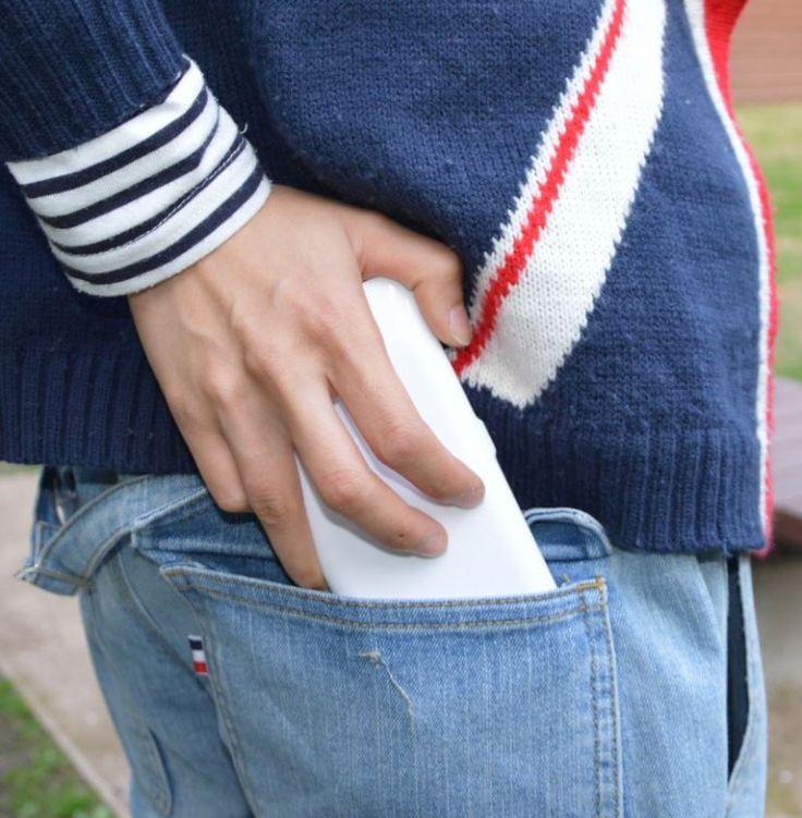 #PriceTalk #프라이스톡 일본의 산코(Thanko)社는 휴대폰의 충전이 급하게 필요할 때 유용한 휴대폰 케이스, '배터리 재킷(Battery Jacket)'을 새로이 출시할 예정이다.   애플의 아이폰 6를 위해 만들어진 이 제품은 휴대폰 케이스 형태로 배터리 충전이 급하게 필요할 때 3200mAh의 전원을 공급하기 때문에 비상시 유용하게 사용할 수 있다. 따로 설정하지 않아도 배터리를 다 소모하면 바로 전원을 공급하기 때문에 매우 편리하다. 또한 따로 충전할 필요없이 휴대폰을 충전할 때 함께 충전되므로 번거롭지 않다. 완전히 충전될 때까지 5시간이 소요되며 표시등이 있어 얼마나 충전되었는지 알 수 있다.   www.thanko.jp