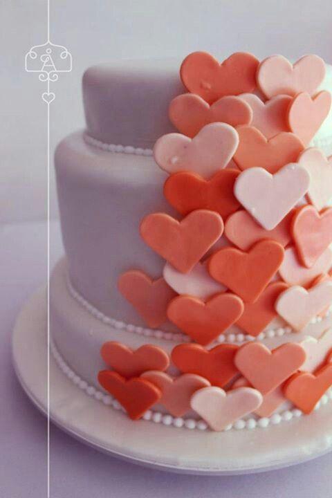 Ponqué para matrimonio, fondo blanco con cascada de corazones en diferentes tonos de salmón