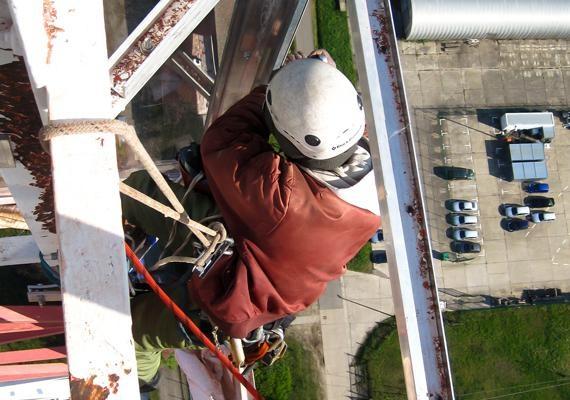 Es gibt kein Arbeitsfeld, das für Industriekletterer zu hoch liegt. Die Anwendung von Seilen ermöglicht es ihnen, an jedem Ort Höhenarbeiten auszuführen. Trittsicherheit und Schwindelfreiheit sind natürlich eine Grundvoraussetzung, um in großen Höhen als Industriekletterer arbeiten zu können. Hier ein Höhenarbeiter der 3KER RAS GROUP. Der Industriekletterer erneuert die Beleuchtung eines 214 m hohen historischen Stahlgittermastes.