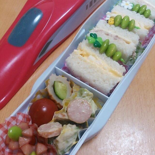 今学期最後のお弁当日!!! 新幹線こまち型のお弁当箱に詰めました♪  サンドウィッチは卵&ツナ・チーズ(^^ゞ アボカドウィンナーサラダは、 マヨネーズ&お醤油で味付け☆  来週からは夏期保育で毎日お弁当(^0^;) 頑張りまーーーす(^-^)/ - 52件のもぐもぐ - 今日のお弁当さん☆サンドウィッチ♪ by mkayo