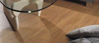 La superficie de los suelos Linkfloor Project, que simula a la madera cepillada, está realizada en vinilo flotante y pvc por lo que es resistente al agua.