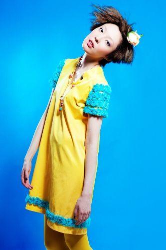 Желтое платье с розами