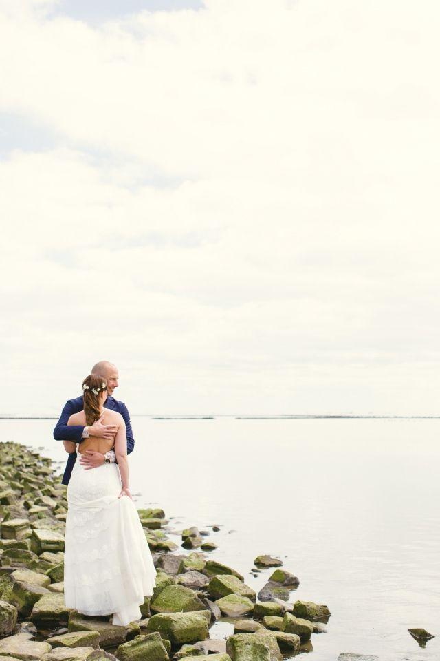 Kijk samen uit over het water #wedding #photo #picture #bruidspaar #bruiloft #trouwfoto #poses #inspiratie #trouwen Trouwfoto poses, zo word je een professional!   ThePerfectWedding.nl   Fotografie: SUEGRAPHY