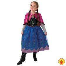 Jurk Prinses Anna Musical Light Up Dress uit de Disney animatiefilm Frozen. Een mooie jurk met lange blauwe tule mouwen, een zwart bovenstuk met floraal motief. De rok is diepblauw met een roze zoom, bloemornamenten en glittertule. In de bloem van het bovenstuk zitten ledlights, terwijl de broche van Anna voorzien is muzikale deuntjes. De roze mantel is voorzien bam zwarte pompons. Een echte meisjesdroom. Anna jurkje gemaakt van 100% polyester en kreukvrij. Een Walt Disney…