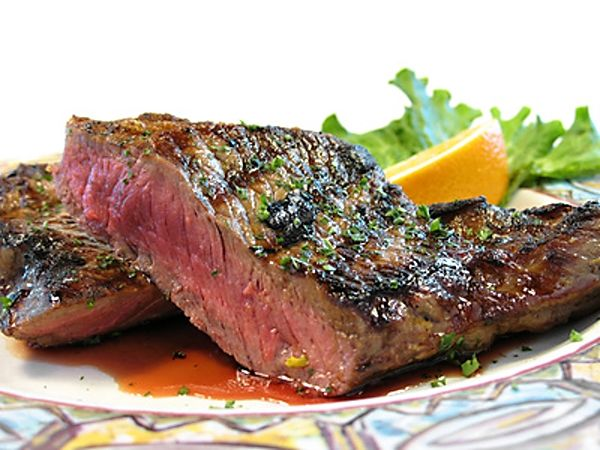 V pivu a dalších ingrediencích marinované grilované steaky z hovězí svíčkové nebo hovězího roštěnce.