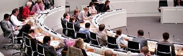 Zowel politieke partijen als gemeenten moeten zich inspannen om nieuwe raadsleden aan te trekken.
