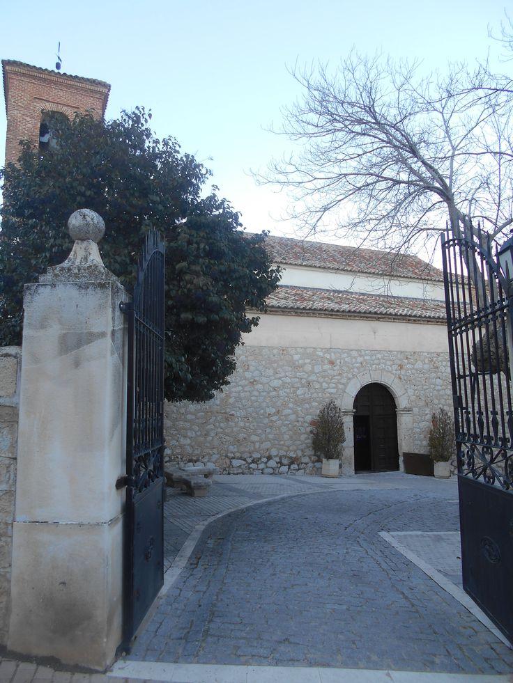 Valdilecha. puerta en la cerca de la iglesia de San martin Obispo
