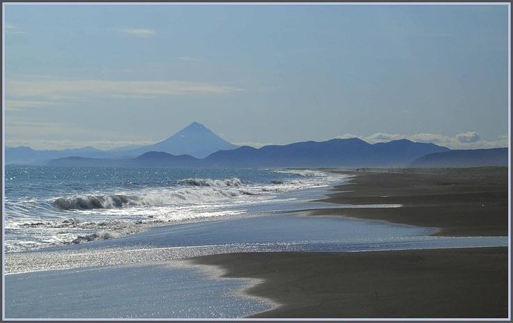 Тихоокеанское побережье Камчатки, Авачинский залив, на горизонте вулкан Вилючинский
