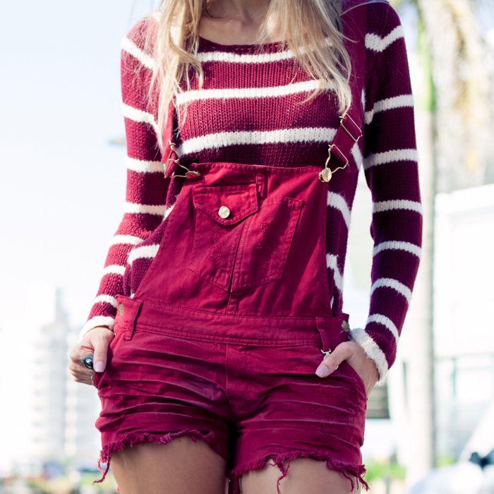 burgundy cor - jardineira jeans vinho com blusa de tricot listrada