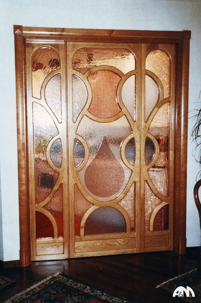 Una bellissima porta in legno di ciliegio con vetri intarsiati e realizzata nella nostra falegnameria a Roma per una villa dei Castelli Romani. www.arrediemobili.com