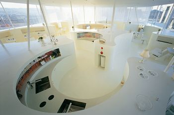 鏡と椅子を並列に並べた良くある美容院の空間は、スタッフにとっては作業のし易い環境でもお客さんの立場からは居心地のよい空間ではないという思いから作られた美容院。