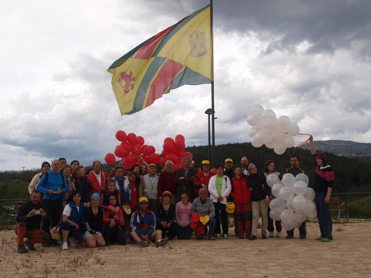 Jornada de convivencia que celebraron en Guardo el 26 de mayo el voluntariado de Cruz Roja en Palencia. En la foto el voluntariado de Guardo y el Presidente Provincial de Cruz Roja Española en Palencia.