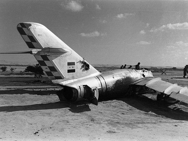 NEWSru.co.il :: Фото :: Израильские военнослужащие у обломков Mig-15