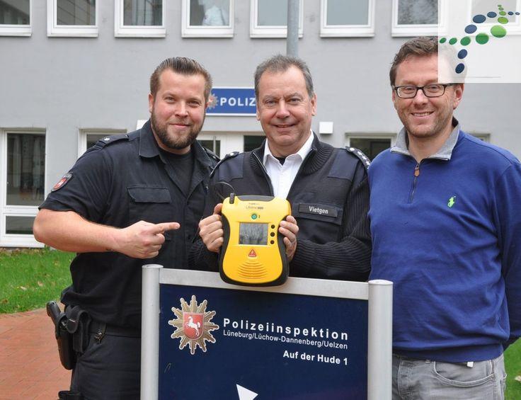"""... die Polizei Lüneburg schockt! - Auch die Polizeiinspektion Lüneburg/Lüchow-D./Uelzen beteiligt sich nun an der Initiative des ASB Kreisverband Lüneburg und des Landkreis Lüneburg gegen den plötzlichen Herztod """"Lüneburg SCHOCKT"""" mit einem sofort greifbaren Defibrillator (AED) in der Wache, Auf der Hude 1.   #AED #defi #lüneburg #Lüneburg SCHOCKT #plötzlicher Herztod #polizei #schock"""