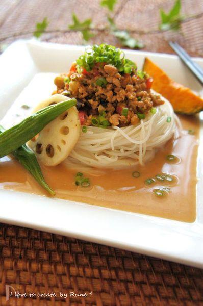 胡麻だれ専科で韓国風そぼろ餡で頂くそうめんは、この暑い夏にピッタリ。揚げ野菜もお好きなだけ白だしでマリネしてトッピング。家族に好評を得ましたのでレシピ投稿をさせて頂きます