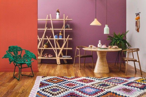 Sala com paredes vermelha e violeta (Foto: Divulgação)