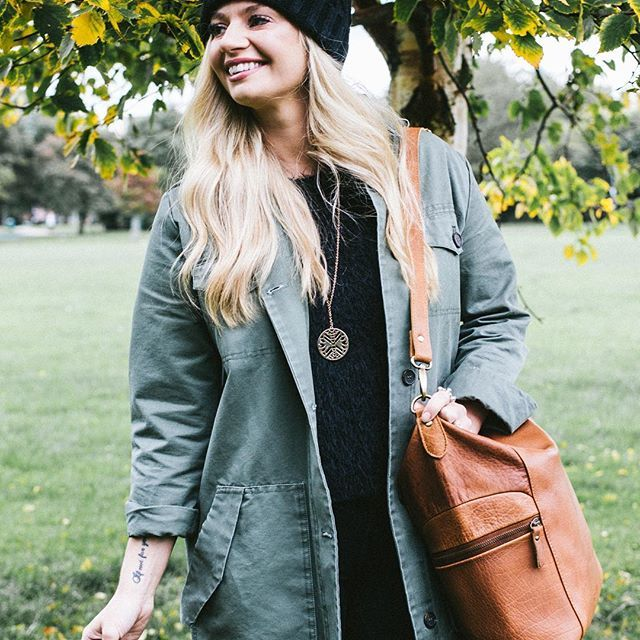 Smile, it's time to layer and get a perfect Autumn bag, obviously 🍁🍂🍄🌾🐿 #myscaramanga #scaramanga #leatherbag #leatherlove #leatherbags #leathergoods #leathercraft #womens #styleinspo #autumnstyle #layers #smile 🙏 @grantsojourner