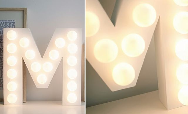 Letters met lampjes LOVE, MR & MRS, of jullie namen of initialen. Hier lees je hoe je het zelf maakt.