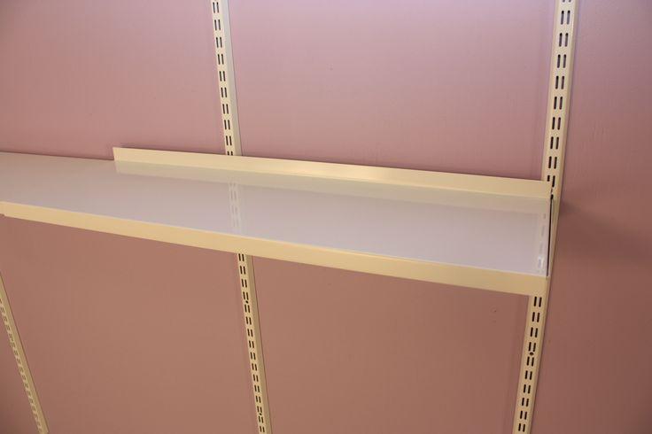 PUNTA Eloros seinähyllyjärjestelmän säädettävän teräshyllyjatkeen ansiosta seinätila voidaan leveydeltäkin käyttää kokonaan hyödyksi. www.punta.fi