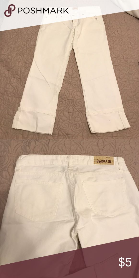White bershka jeans In like new condition! No stains! Purchased in Portugal. Euro size 36 fits like a size 0-2. Bershka Jeans Ankle & Cropped